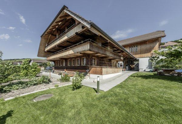 Moderne Dachwohnung in historischem Gebäude